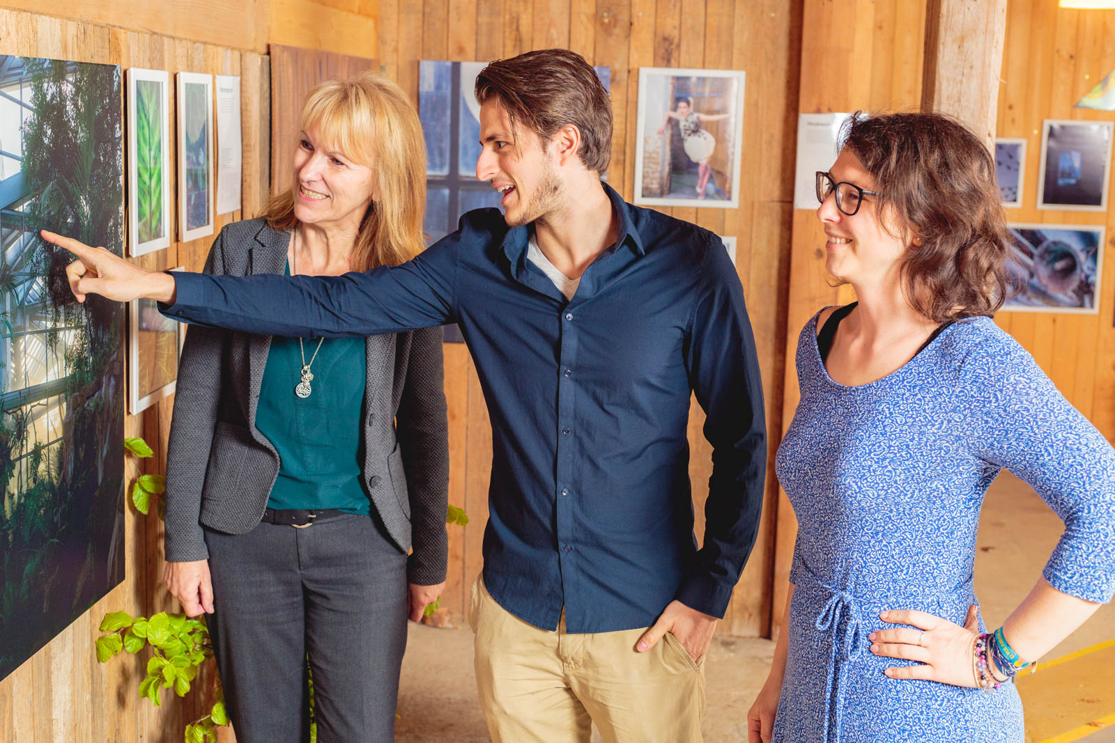 Foto von Stephan Böhm, Brigitte Bachmann und Diana Walaszek bei einer Ausstellungseröffnung 2017