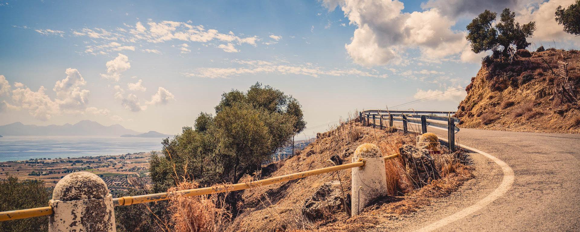 Landstraße entlang der Berghänge auf Kos landeinwärts Richtung Zia, Beitragsbild zur Historie von Art for the Earth
