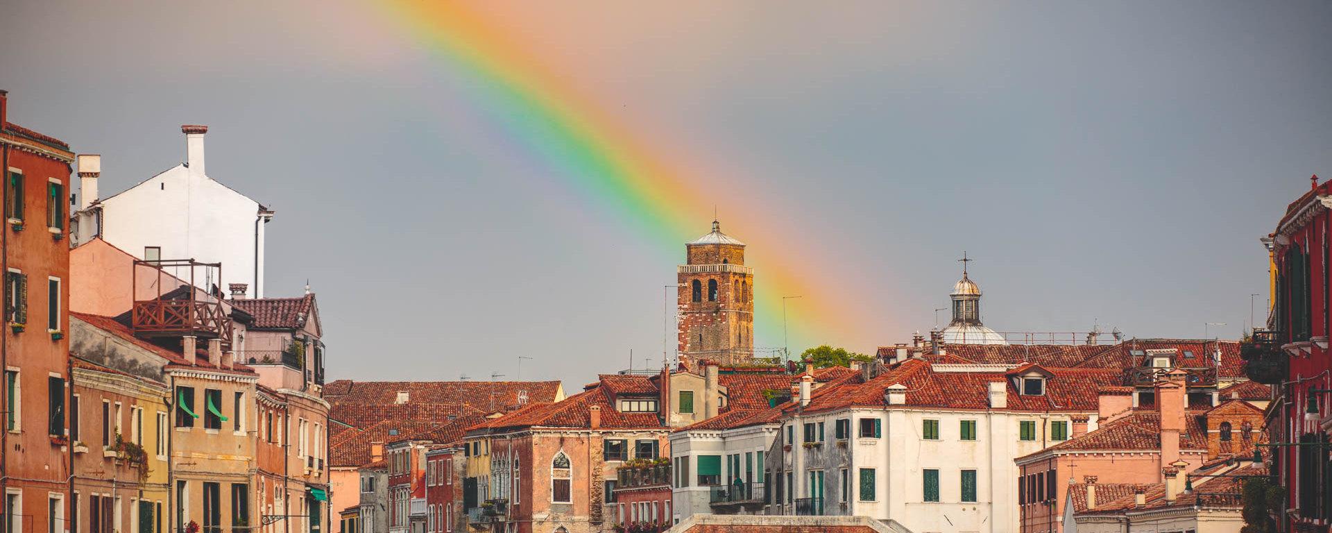 Regenbogen über den Dächern von Venedig, Beitragsbild für Artikel zur Veränderung der Kunst während Corona