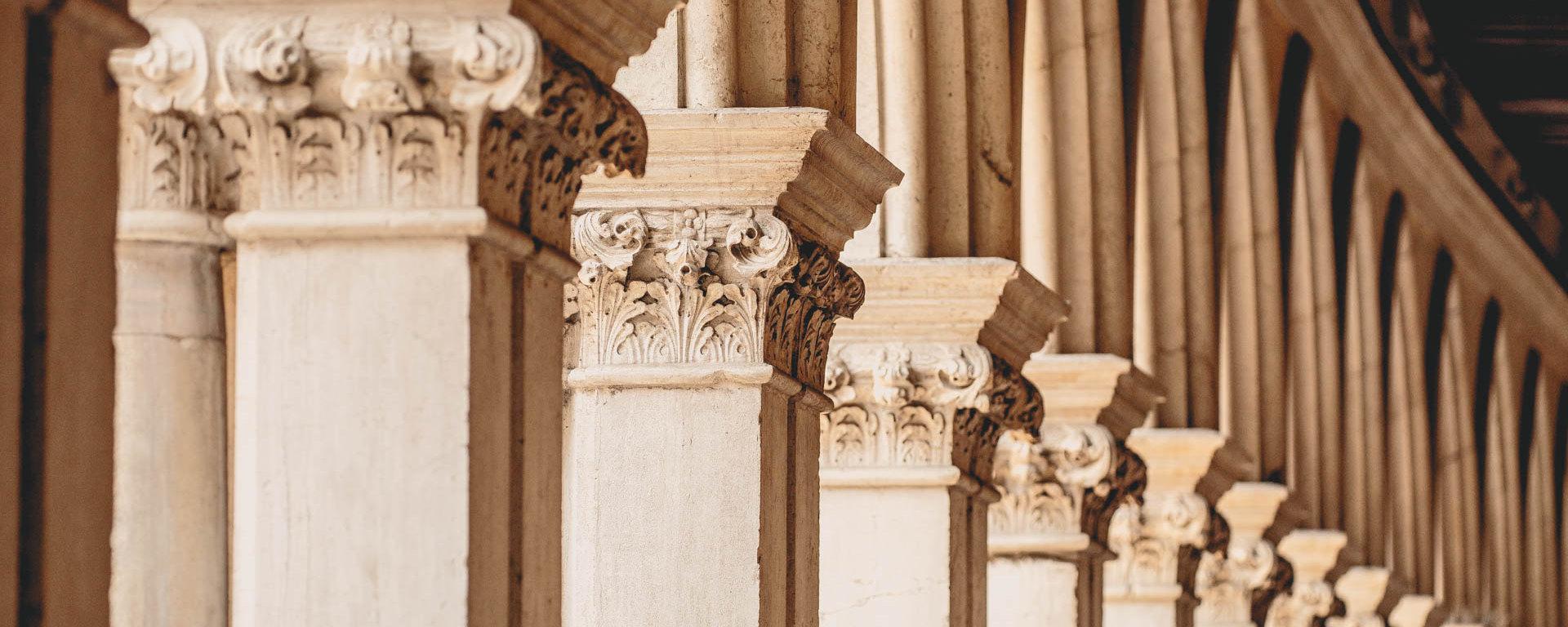 Säulengang im Dogenpalast von Venedig, Beitragsbild für Bewerben an einer Hochschule